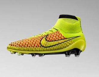 aa83c4252427a Nike e Adidas lançaram suas novas chuteiras antes da Copa do Mundo e ambas  colocaram uma meia nelas. O lançamento no entanto foi muito diferente entre  as ...